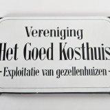 Geëmailleerd bord van de vereniging 'Het Goed Kosthuis'