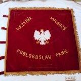 Witte gekroonde Poolse adelaar op vaandel rond 1960
