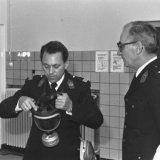 Gasmaskertest tijdens veiligheidsonderwijs van de mijnpolitie