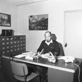 Medewerker van de Mijnpolitie op kantoor