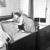 Het bed wordt opgemaakt