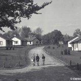 Schoolkinderen in een woonwijk