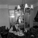 Puzzelende man aan woonkamertafel