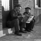 Twee mijnwerkers lezen 'Steenkool'