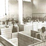 Poekelende mijnwerkers in een badlokaal