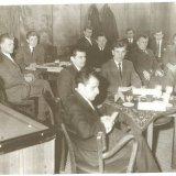 Groepsfoto tijdens een feestelijke bijeenkomst