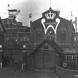 Versiering Hoofdgebouw Staatsmijn Emma ter gelegenheid van het 50 jarig regeringsjubileum van Koningin Wilhelmina