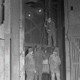 Vervoer van lang materiaal naar het ondergronds bedrijf