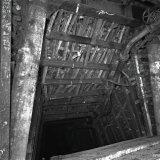 Polygoonbouw - houtblokken tussen betonkokers, Staatsmijn Maurits