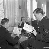 Personeel bekijkt brochure Marshallhulp