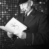 Portier bekijkt brochure Marshallhulp