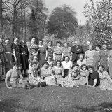 Groep mijnwerkersvrouwen  bij kasteel Vaalsbroek