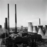 Koeltorens en schoorstenen van de Centrale van de Staatsmijn Emma