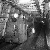 Mijnwerker in persluchtlocomotief op de gemoderniseerde 105 meter verdieping van de Willem Sophia Mijn