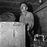 Mijnwerker op de gemoderniseerde 105 meter verdieping van de Willem Sophia Mijn