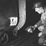 Mijnwerker bij een mijnwagen op de gemoderniseerde 105 meter verdieping van de Willem Sophia Mijn