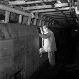 Mijnwerker stapt in een personentrein op de gemoderniseerde 105 meter verdieping van de Willem Sophia Mijn