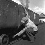 Af- en aankoppelen van mijnwagens op de Staatsmijn Emma