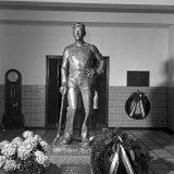 Jubileumopname Hoofdkantoor Heerlen. Standbeeld van een mijnwerker