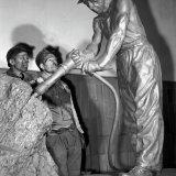 Beeld van werkende mijnwerker in de hal van de Staatsmijn Emma aangeboden door gedetineerden bij het jubileum in 1952