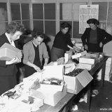 Het klaarmaken van de kerstpakketten bij het Fonds voor Sociale Instellingen (FvSI)