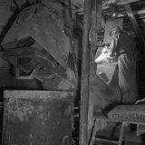 Arbeider aan betonwerk in Schacht 4 van de Staatsmijn Hendrik