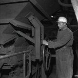 Breekcokesverlader aan het werk op de Cokesfabriek Maurits