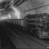 Kolenvervoer ondergronds met perslucht locomotief op de Staatsmijn Wilhelmina