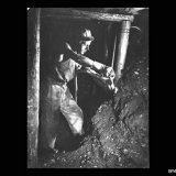 Mijnwerker met afbouwhamer aan het kolenfront op de Staatsmijn Maurits