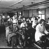Kleding atelier van de Werkverschaffing Invalide Mijnwerkers (WIM) op de Staatsmijn Wilhelmina