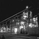 Nachtopname van de cyaanwinning en zwavelwaterstofwinning op de Cokesfabriek Emma