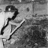 Mijnwerker met pikhouweel op de Staatsmijn Beatrix