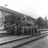 Laatste versierde stoomlocomotief met leden van de Ring van het Spoorweg- en Expeditiebedrijf (SEB)