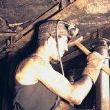 Arbeider plaatst titan stijl in pijler