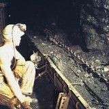 Arbeider aan drukcylinder in schaafpijler ondergronds