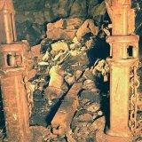 Veiligheidsfoto: ijzer onder stenen ondergronds Staatsmijn Emma