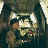 Mijnwerkers eten boterham in ondergrondse personentrein