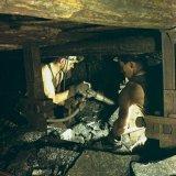 Arbeiders in handpijler met schudgoot