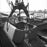 Lossen van een bakkenwagen in de Haven Stein