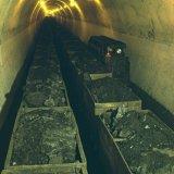 Hoofdsteengang ondergronds met kolenwagens