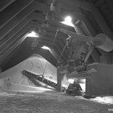 Heuvelgraafmachine in Opslag 5 van de Nitraatfabrieken op het Stikstofbindingsbedrijf