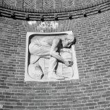 Reli?f in de muur bij de hoofdingang van de Staatsmijn Hendrik