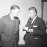 Bezoek Claus von Amsberg aan het Hoofdbureau te Heerlen. De hoofddirecteuren Van Os en Bogers in gesprek