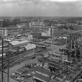 Melaminefabriek met op de achtergrond het Centraal Laboratorium