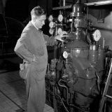 1e Machinist Russelen bij een generator in de electrische Centrale van de Staatsmijn Maurits