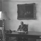 Hoofddirecteur Van Aken achter zijn bureau