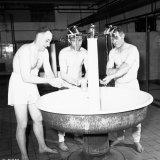De heer Kersten handlanger, de heer de Brie bedieningsvakman B, en de heer Walraven bedieningsvakman B, wassen zich op de Cokesfabriek Emma