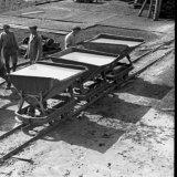 Kipwagens met uitgediepte modder uit Schacht 4 van de Staatsmijn Emma te Schinnen