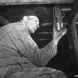 Meester-opzichter Dols van de Veiligheidsdienst controleert op mijngas