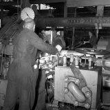 Opname van een aluminium profielpers bij de Nederlandse Aluminium Mij te Utrecht